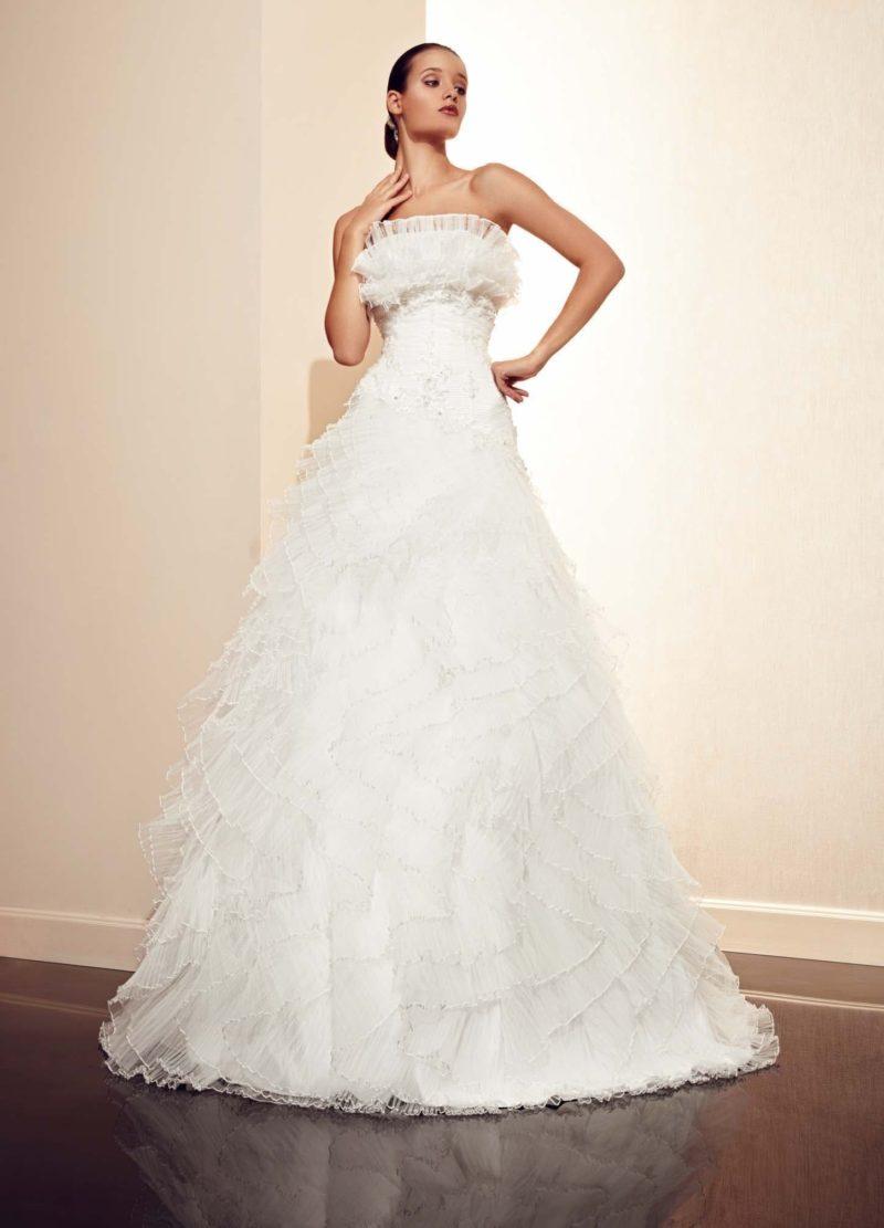 Великолепное свадебное платье с юбкой А-силуэта и открытым лифом прямого кроя с оборками.