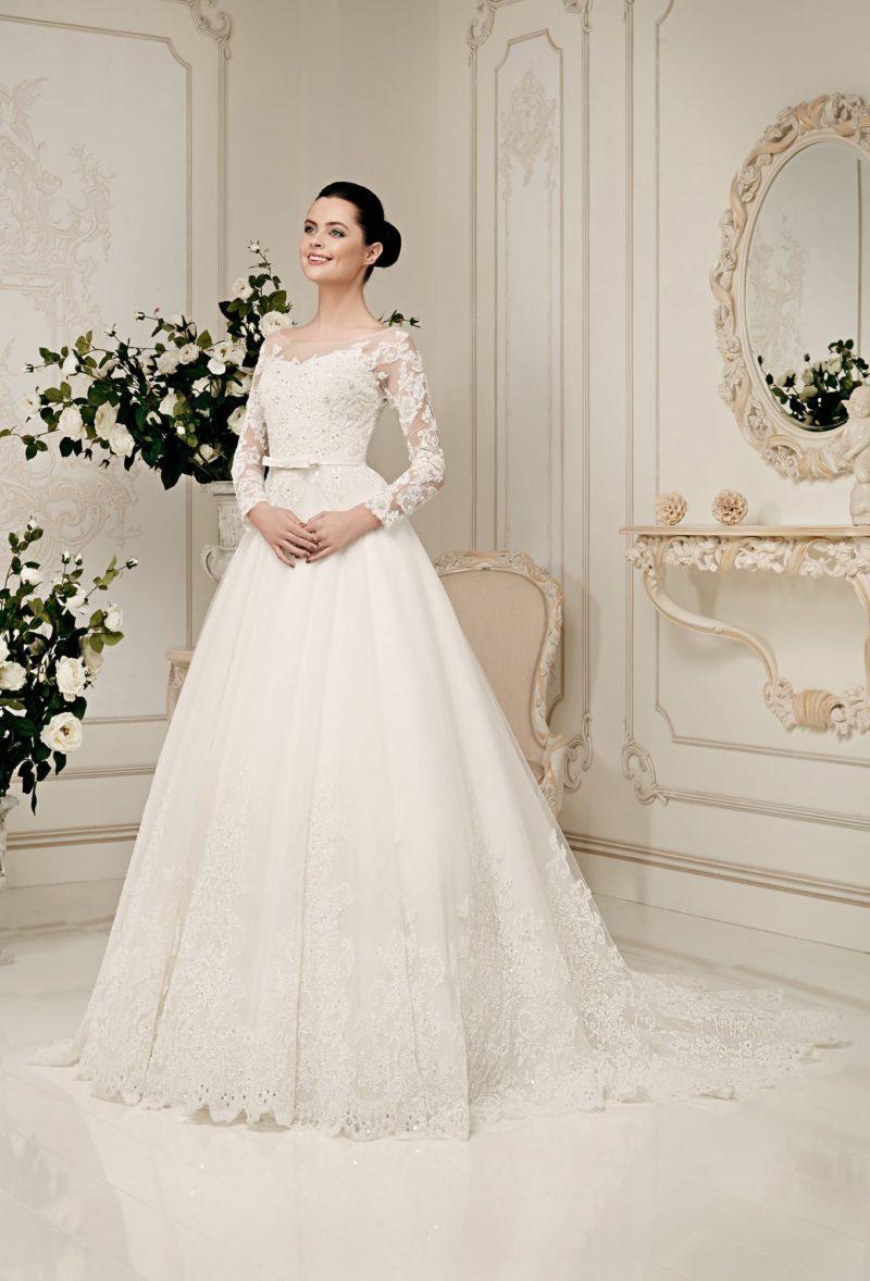 Романтичное свадебное платье с длинными кружевными рукавами и узким поясом с бантом.