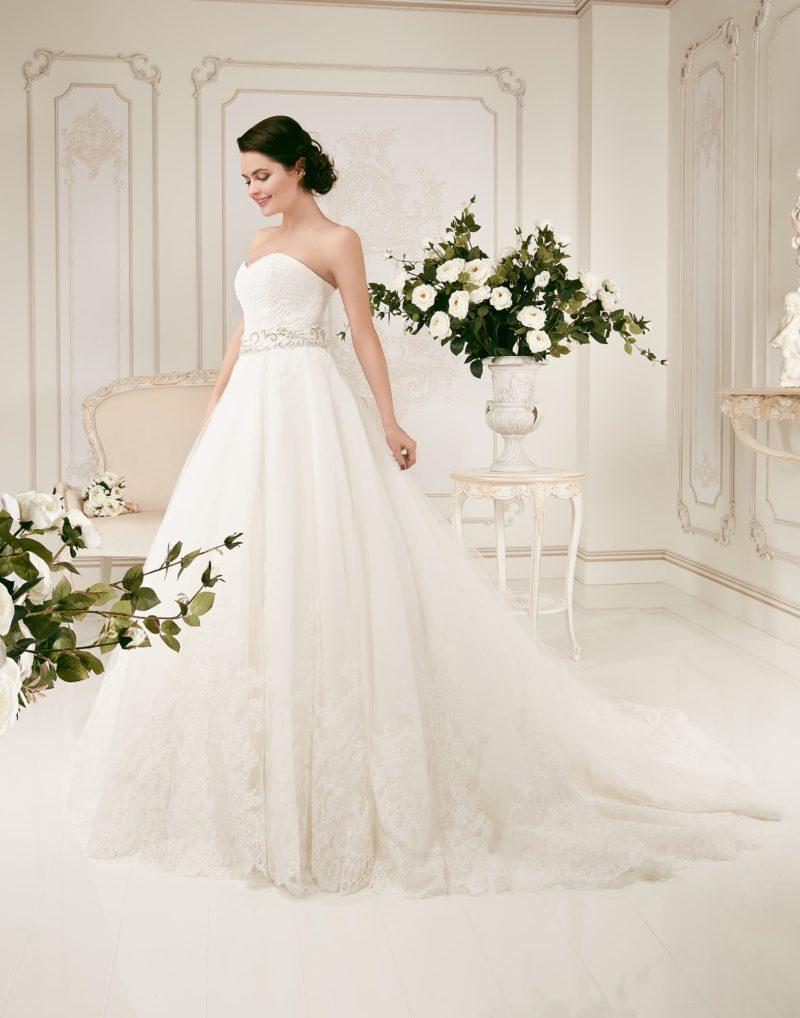 Роскошное свадебное платье с открытым корсетом, сияющим поясом и многослойной юбкой со шлейфом.