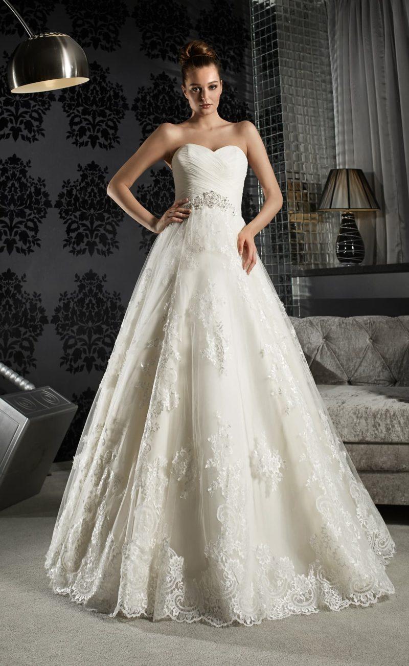 Торжественное свадебное платье с открытым лифом-сердечком и кружевным декором подола.