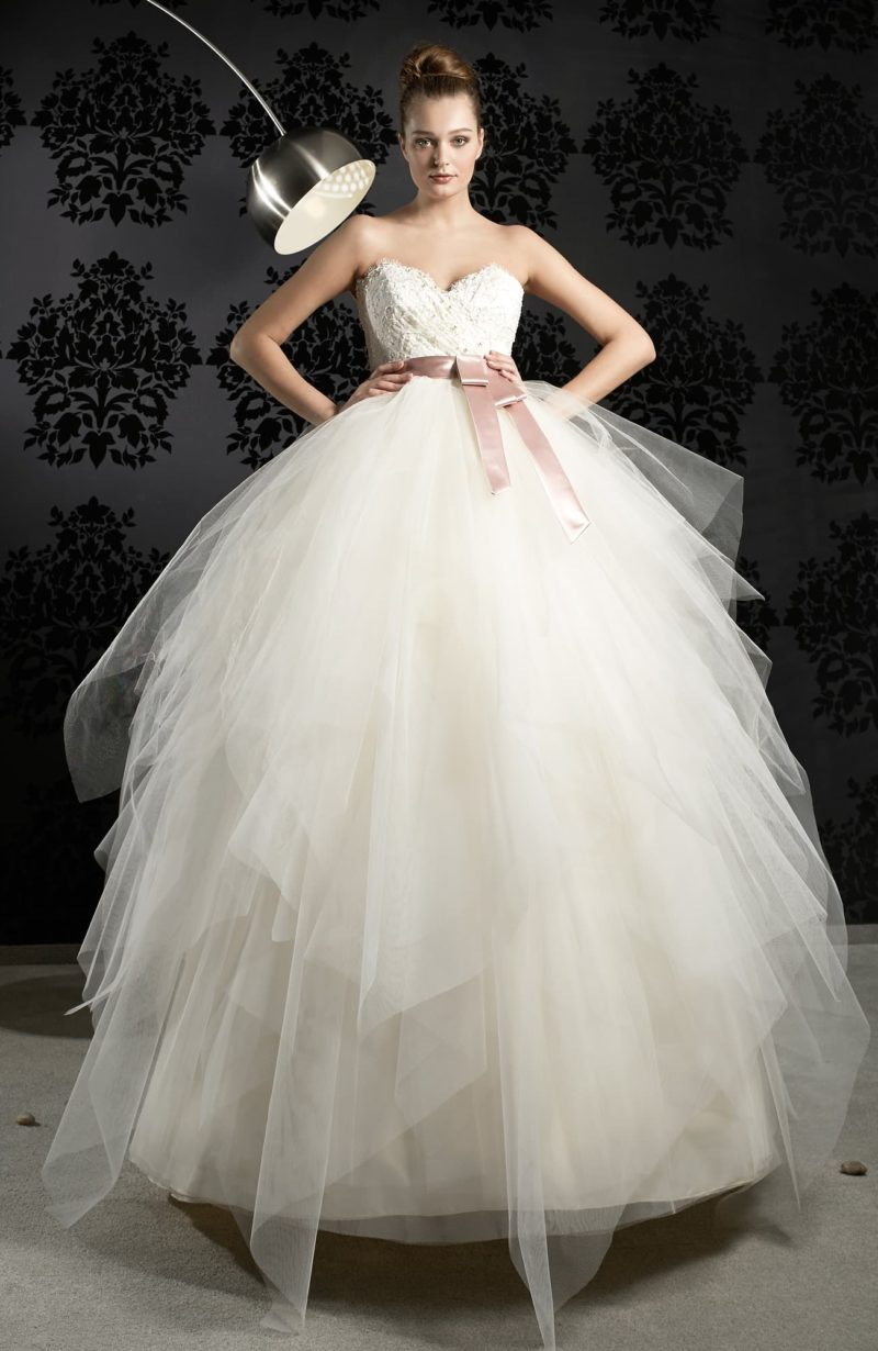 Великолепное свадебное платье с розовым атласным поясом и стильным открытым корсетом.