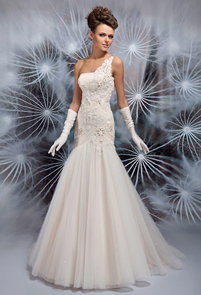 Свадебное платье с асимметричным оформлением лифа и облегающим кроем.