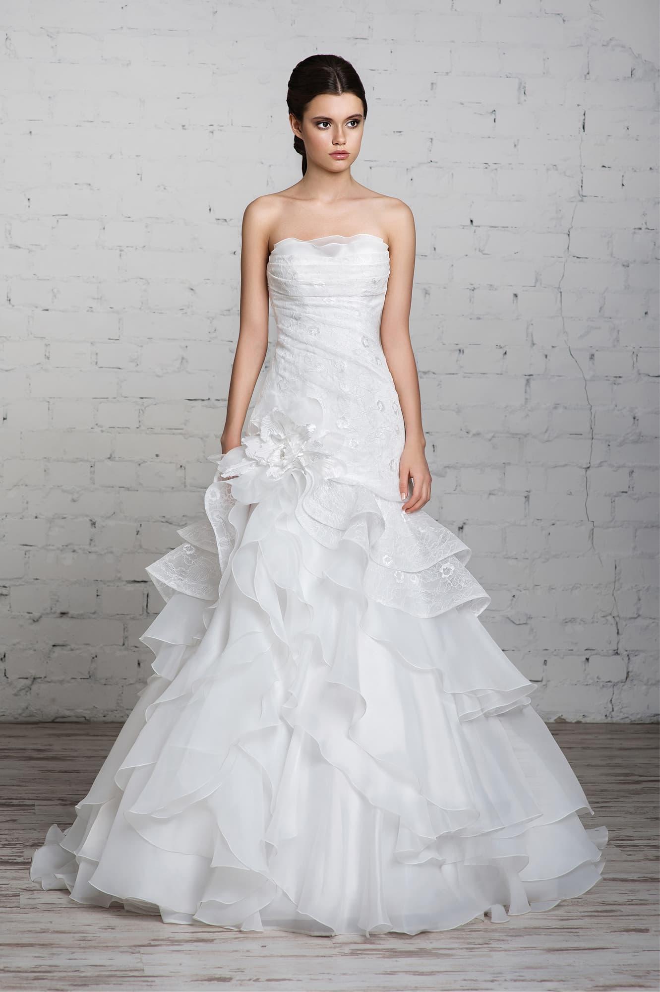 Свадебное платье «принцесса» с заниженной линией талии и крупным бутоном сбоку по подолу.