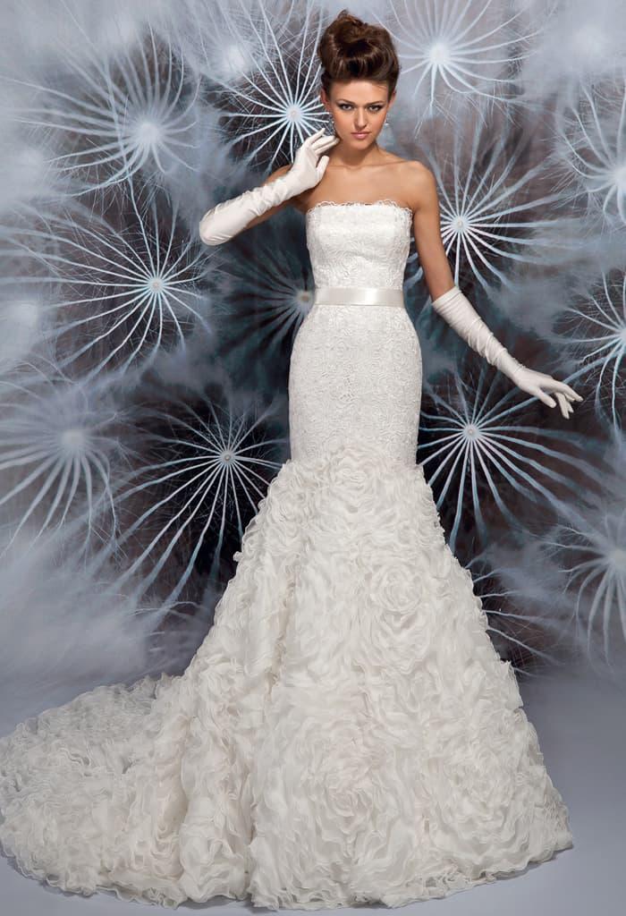 Изысканное свадебное платье «рыбка» с прямой линией декольте и оборками по низу юбки.