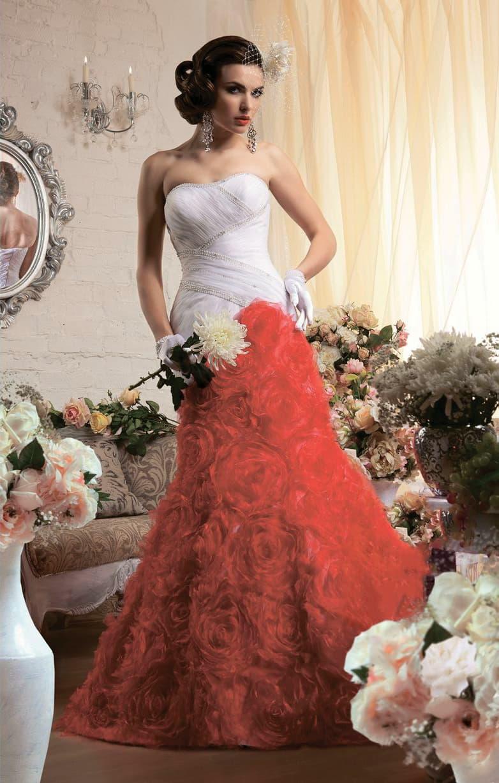 Свадебное платье силуэта «русалка» с отделкой алого цвета по нижней части подола.