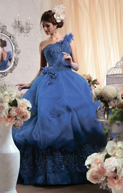 Драматичное свадебное платье с пышной юбкой, выполненное в глубоком синем цвете.