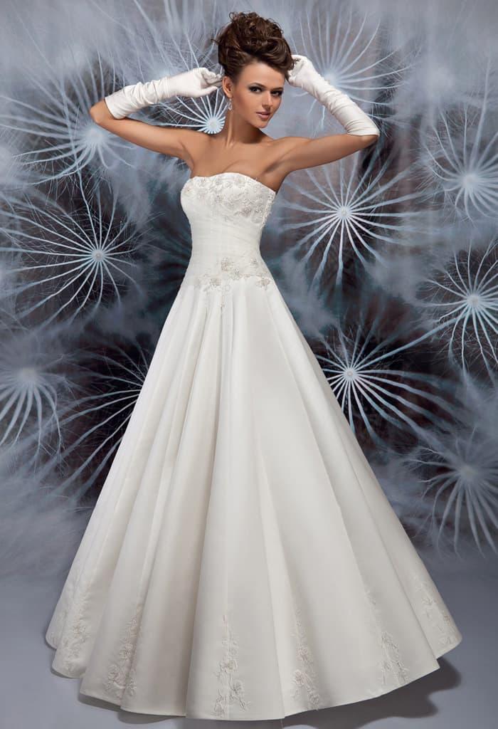 Деликатное свадебное платье А-силуэта с изысканным вырезом декольте.