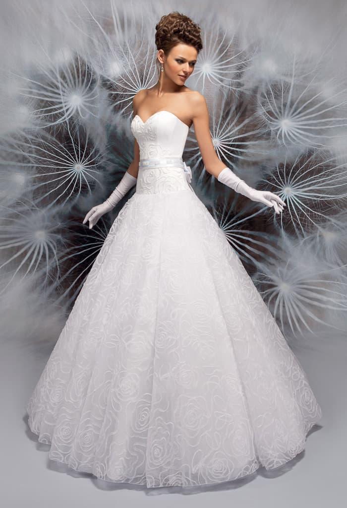 Свадебное платье А-кроя с заниженной талией и соблазнительным лифом.