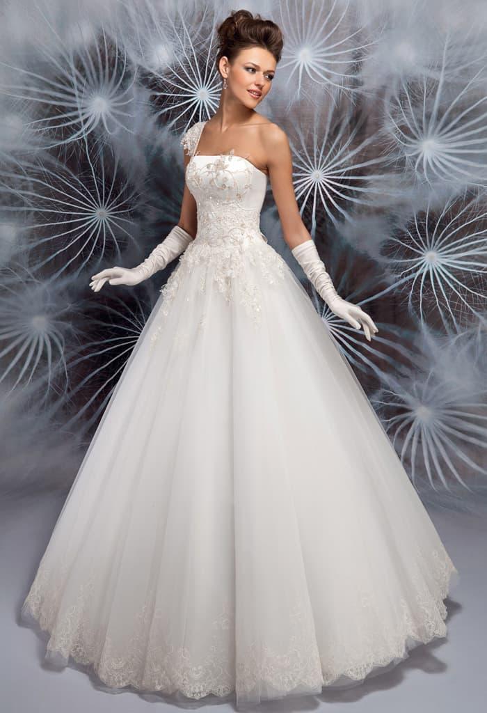 Торжественное свадебное платье с асимметричным кружевным верхом.