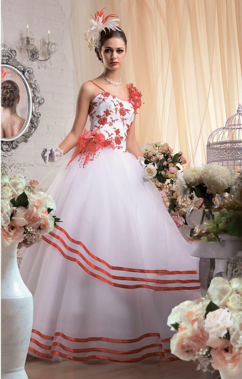 Пышное свадебное платье с бретельками-спагетти и красным декором кружевом и атласом.