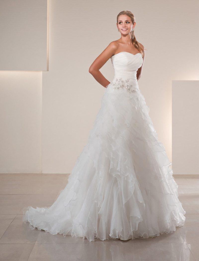 Воздушное свадебное платье «принцесса» с открытым декольте и оборками по юбке со шлейфом.