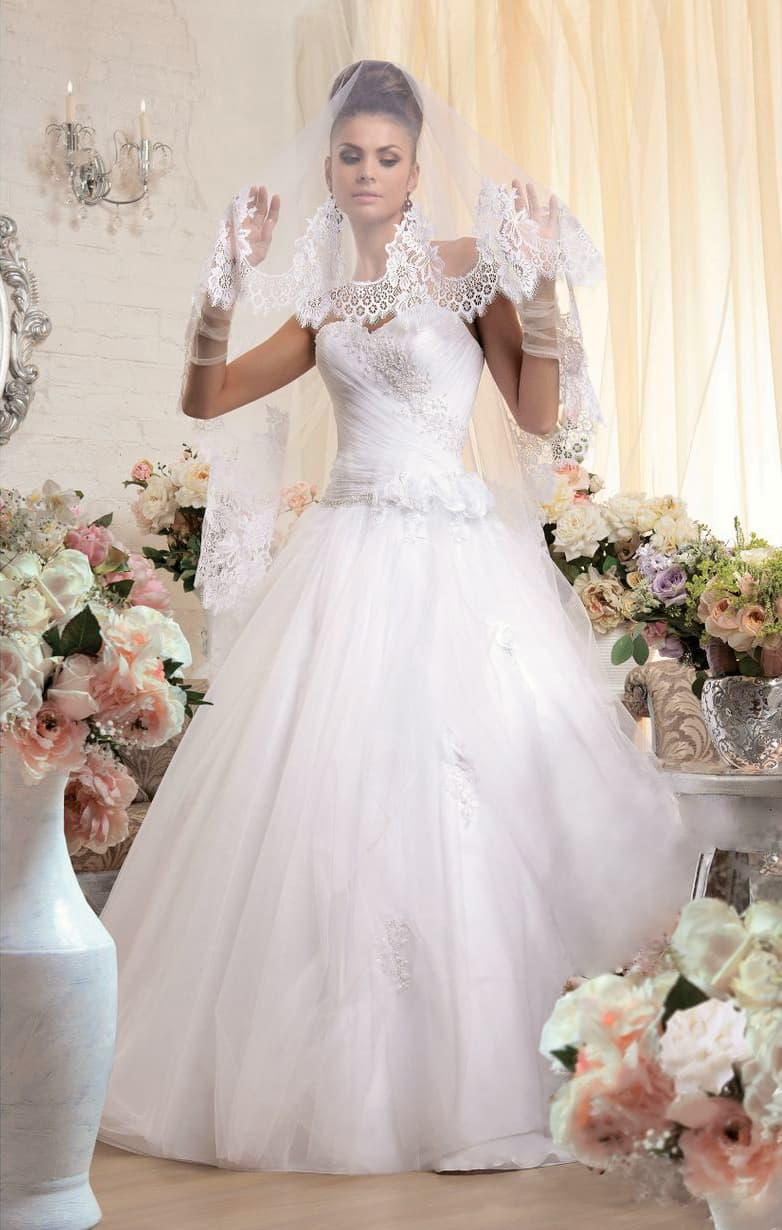 Изящное свадебное платье романтичного пышного кроя с бисерной вышивкой по лифу.