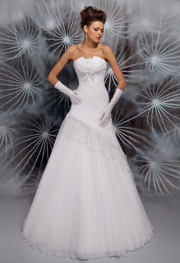 Свадебное платье «принцесса» с выразительным открытым лифом с бантом.