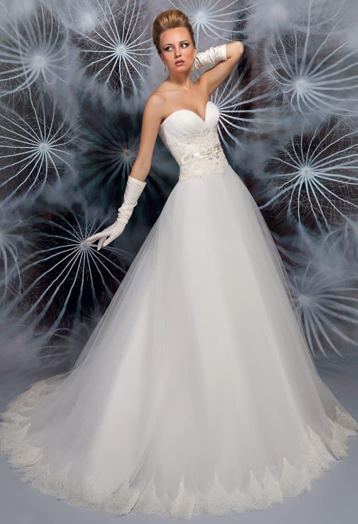 Воздушное свадебное платье с пышной юбкой и открытым верхом с вышивкой.