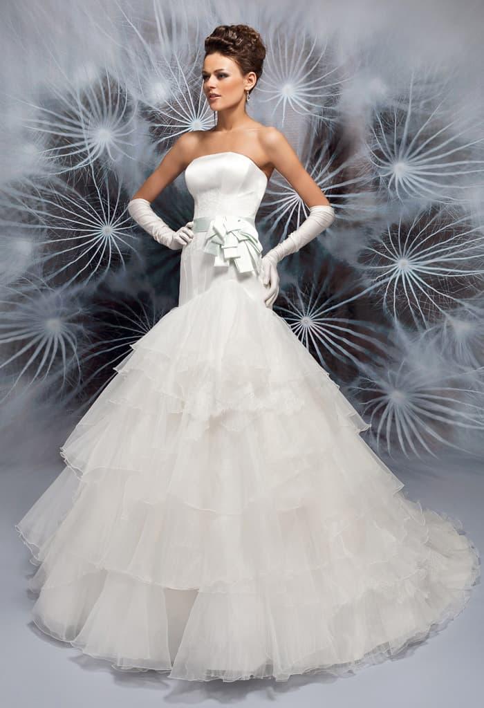 Впечатляющее свадебное платье с атласным верхом и юбкой с оборками.