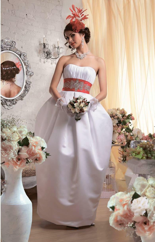 Атласное свадебное платье с юбкой-тюльпан и широким поясом насыщенного красного цвета.