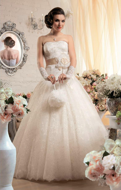 Пышное свадебное платье с широким атласным поясом, украшенным сбоку крупным бутоном.