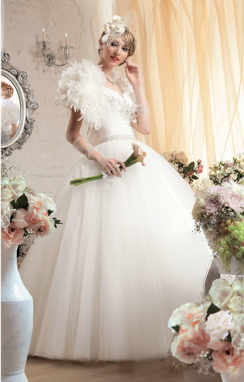 Пышное свадебное платье с бисерной вышивкой на талии и бретелями, украшенными перьями.