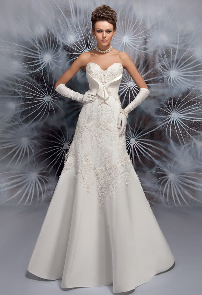 Оригинальное свадебное платье с лифом в форме сердца и атласной отделкой корсета.