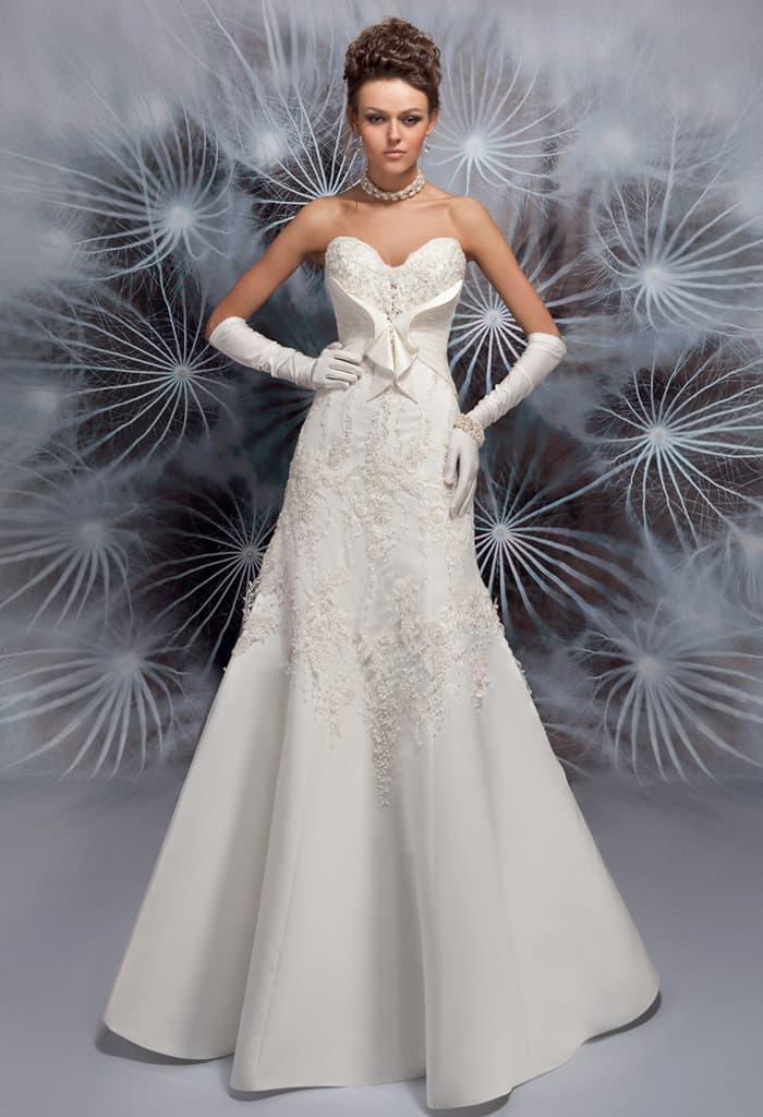 Свадебное платье «рыбка» с кокетливым декором открытого лифа.
