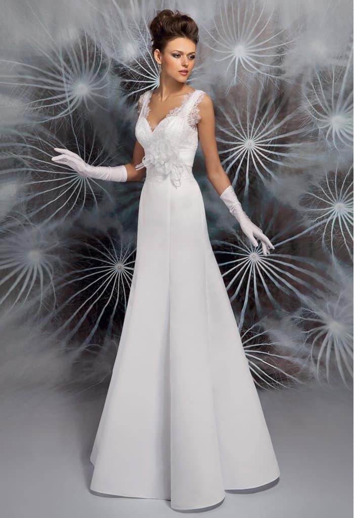 Элегантное свадебное платье с V-образным декольте на лифе и на спинке.