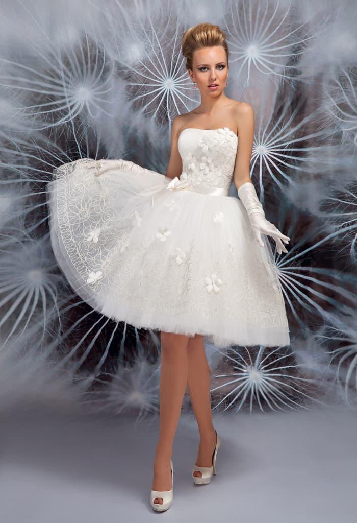 Романтичное свадебное платье с объемной отделкой и юбкой до колена.