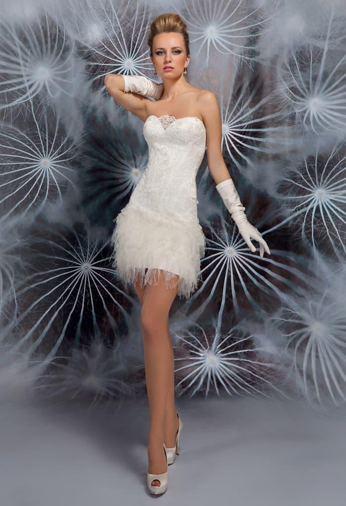 Свадебное платье с эксцентричной юбкой до середины бедра и открытым верхом.