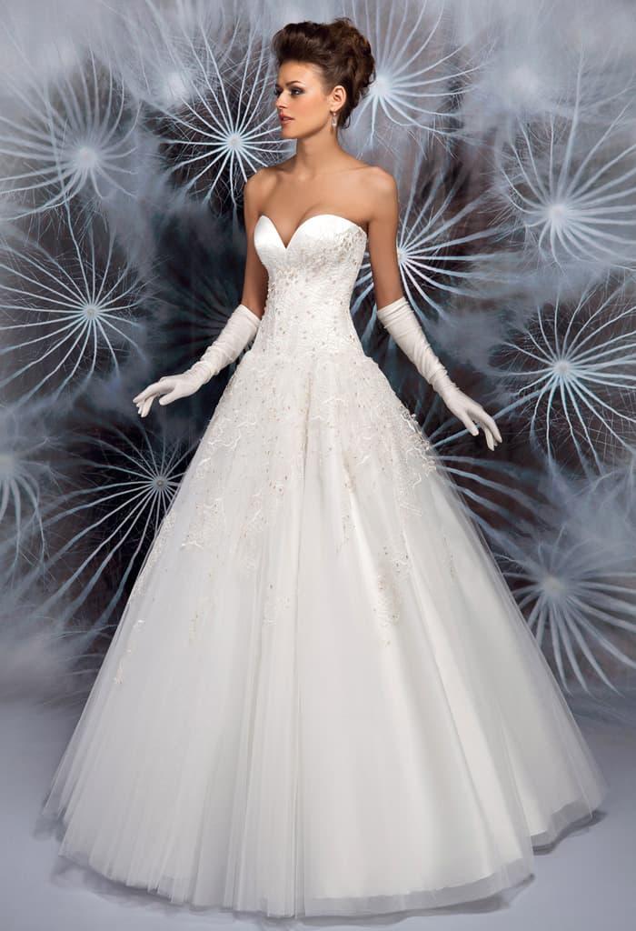 Очаровательное пышное свадебное платье с глубоким декольте в форме сердца.