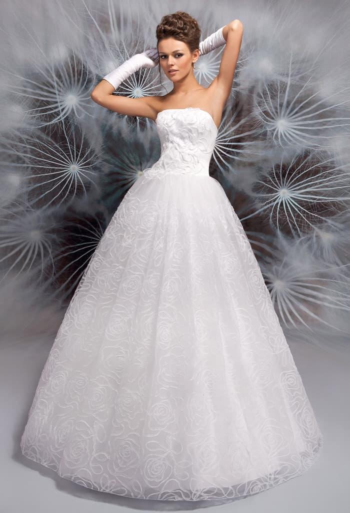 Утонченное свадебное платье с фактурным корсетом и цветочным узором на юбке.
