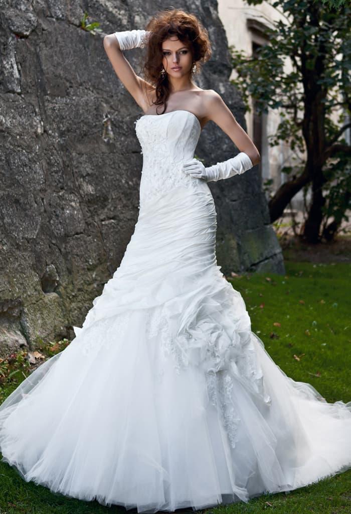 Нежное свадебное платье «рыбка» с крупным бутоном по подолу и открытым лифом.