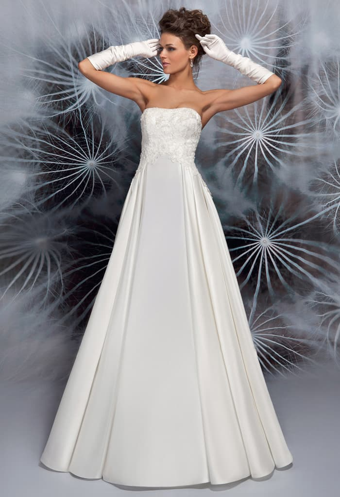 Открытое свадебное платье с атласной юбкой и завышенной линией талии.