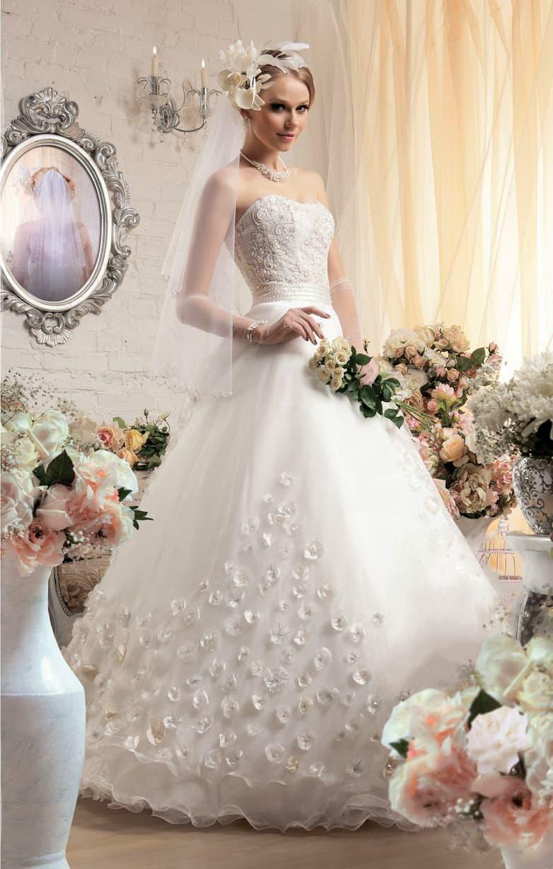 Оригинальное свадебное платье с многослойным подолом с аппликациями и изящным корсетом.