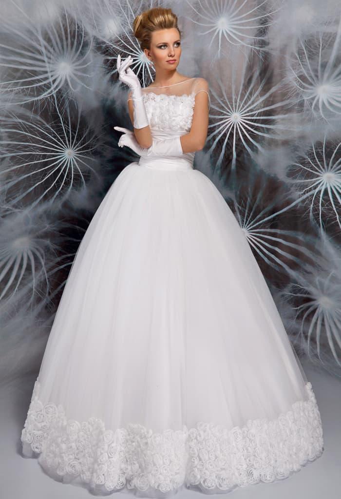 Великолепное свадебное платье с многослойным подолом и закрытым лифом.