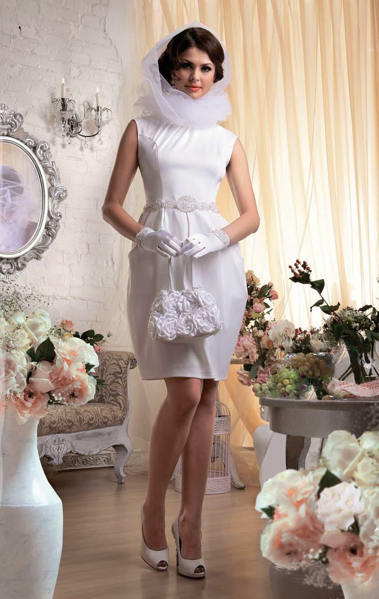 Атласное свадебное платье силуэта «футляр» с оригинальной полупрозрачной фатой-капюшоном.