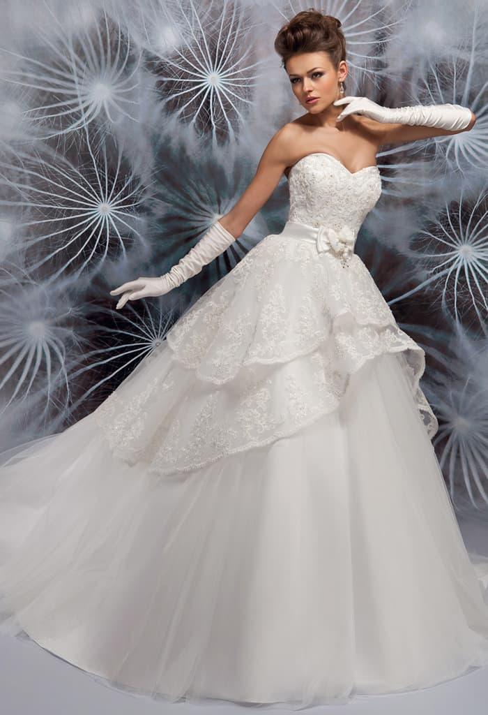 Открытое свадебное платье с пышной многоярусной юбкой.