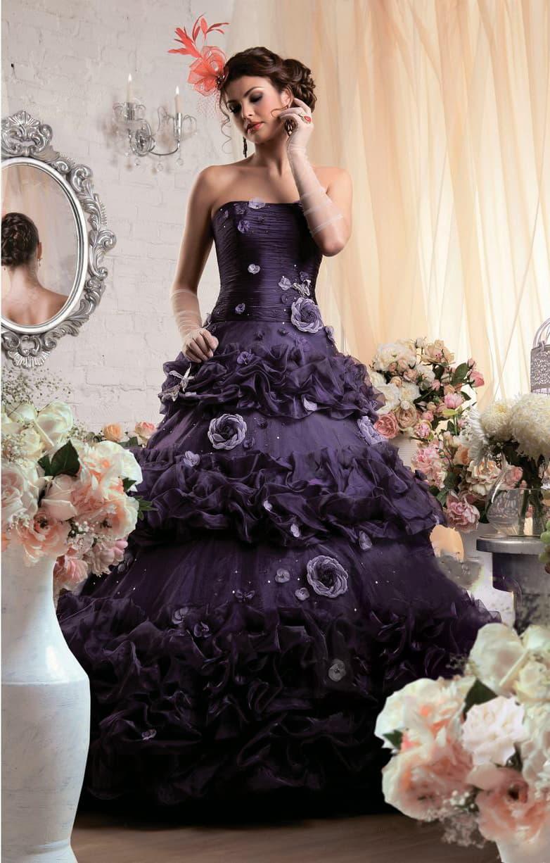 Притягательное свадебное платье фиолетового цвета, с пышной юбкой и объемным декором.