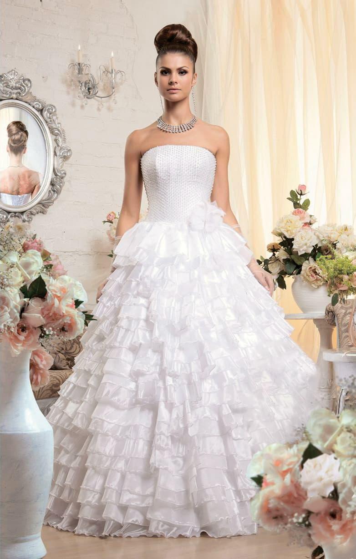 Свадебное платье с оборками по подолу и открытым корсетом с прямой линией выреза.