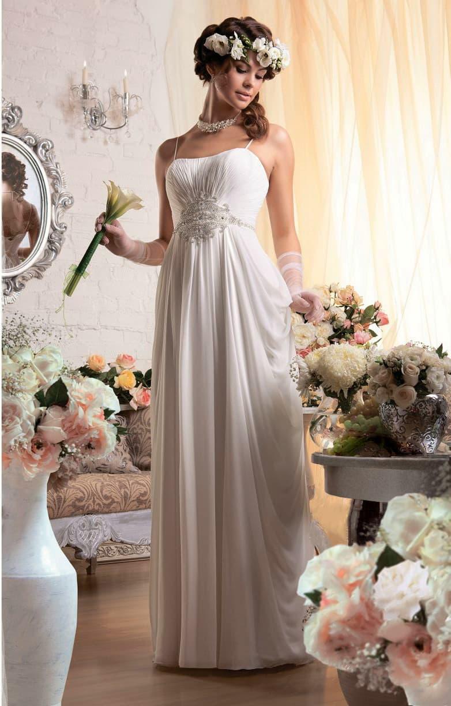 Свадебное платье в греческом стиле с вышивкой из бисера под лифом и бретельками-спагетти.