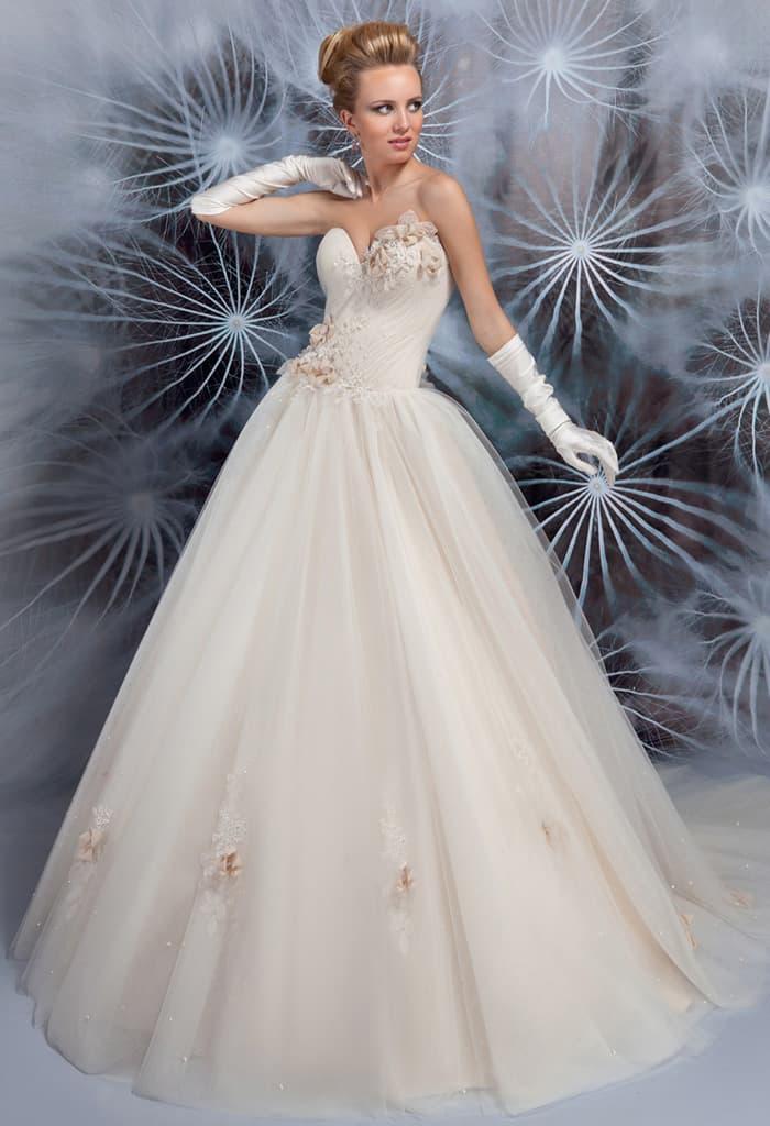 Кремовое свадебное платье пышного кроя с соблазнительным открытым лифом в форме сердца.