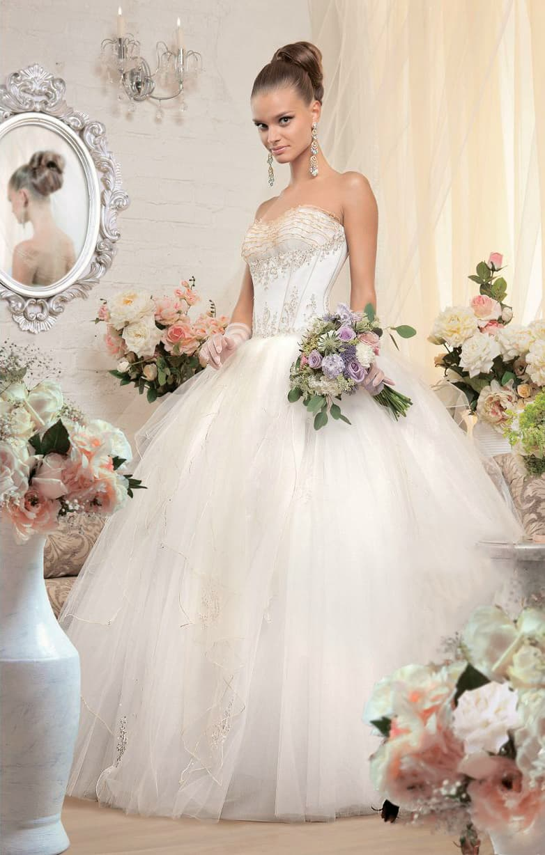 Пышное свадебное платье с воздушным низом и роскошным корсетом с золотистой отделкой.