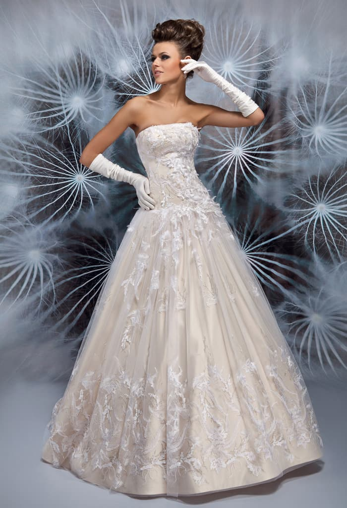 Шикарное свадебное платье с бежевой подкладкой и фактурным белым декором.