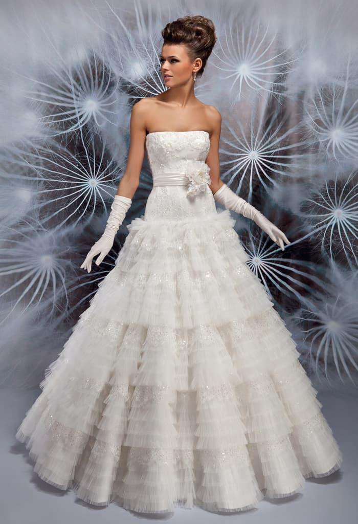Пышное свадебное платье с лифом прямого кроя и широким поясом, украшенным крупным бутоном.