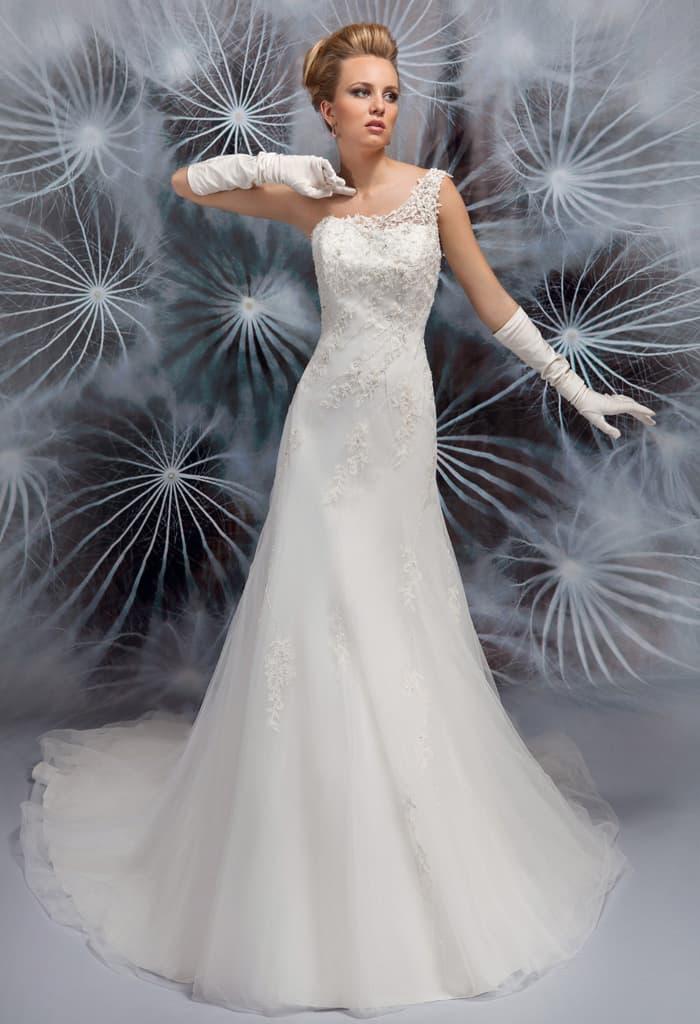 Изящное свадебное платье с асимметричным лифом и юбкой А-кроя.