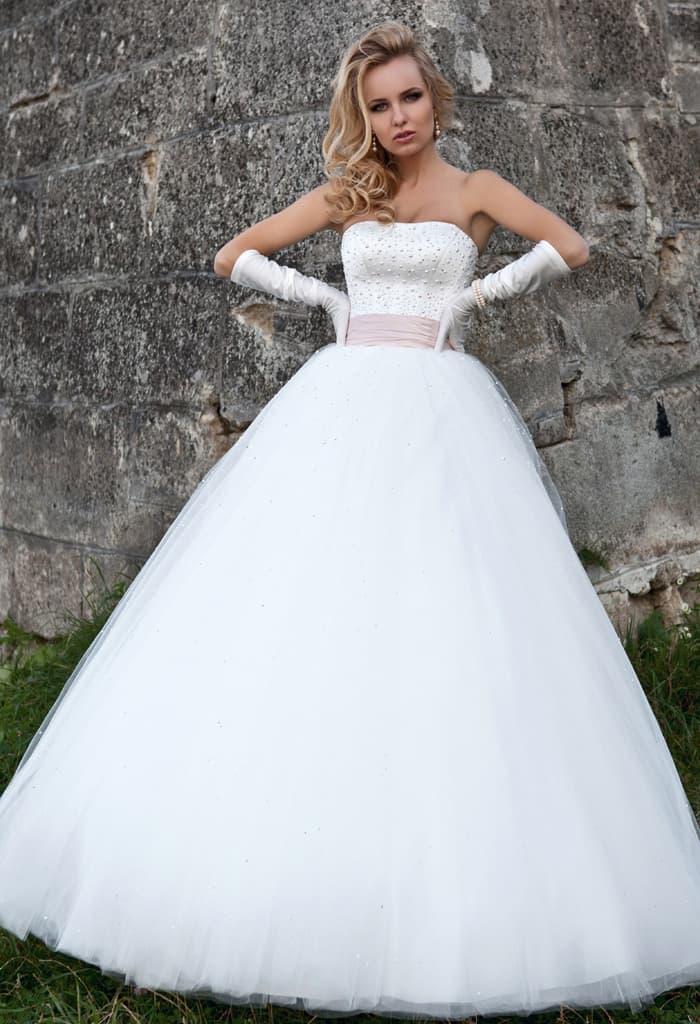 Открытое свадебное платье с объемной юбкой и широким поясом из атласа.