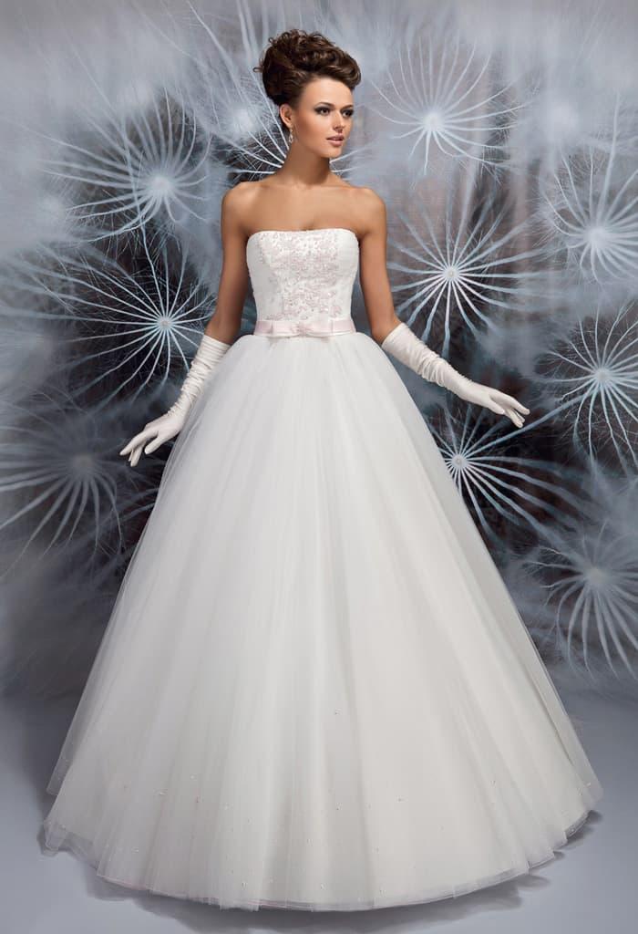 Изящное свадебное платье с торжественной юбкой и открытым лифом прямого кроя.