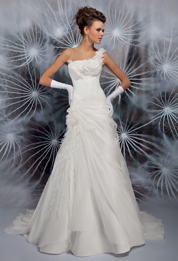 Драматичное свадебное платье А-кроя со складками по юбке и бретелью через плечо.