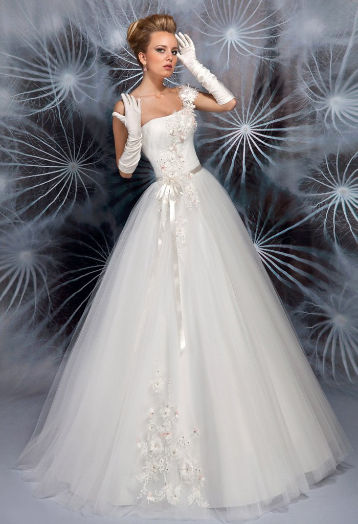 Пышное свадебное платье с глянцевым узким поясом и объемным декором.