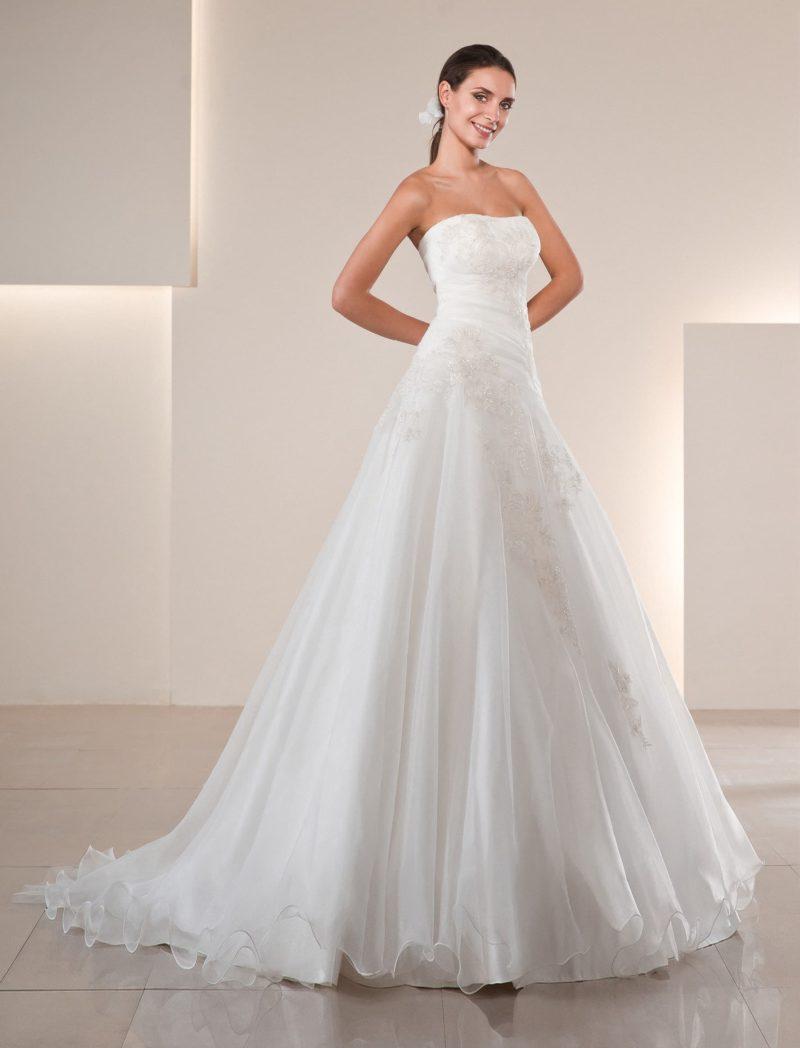 Нежное свадебное платье «трапеция» с лаконичной кружевной отделкой по облегающему корсету.