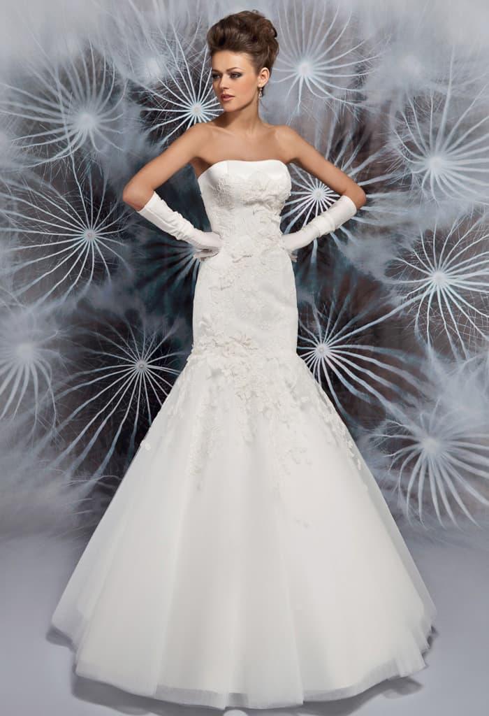 Женственное свадебное платье «рыбка» с открытым лифом прямого кроя и кружевным декором.