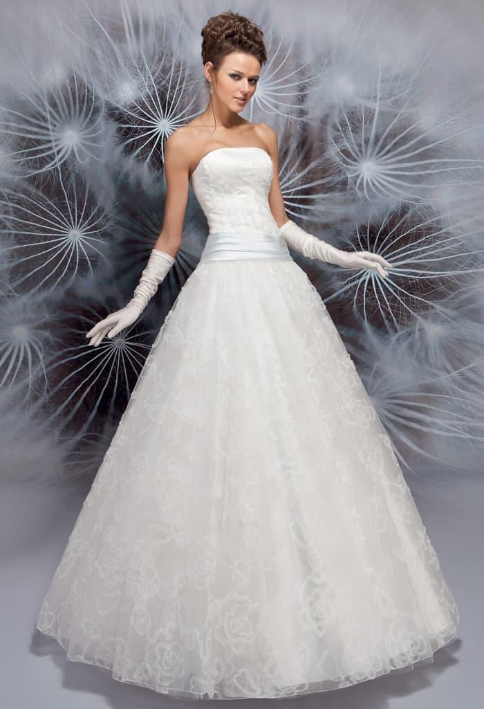 Пышное свадебное платье с прямым лифом и атласным поясом на заниженной талии.
